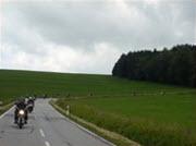 Motorrijders bochtige weg in Sauerland